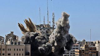 Une bombe israélienne détruit l'immeuble Al-Jala (à Gaza) qui abritait plusieurs médias, dont l'agence de presse AP, le 15/05/2021