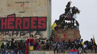 Manifestantes concentrados en el  monumento a Los Héroes en Bogotá