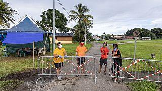 Archives : des habitants bloquent l'accès à un village près de Cayenne (Guyane française) où de nombreux cas de contaminations ont été constatés - 21/04/2020