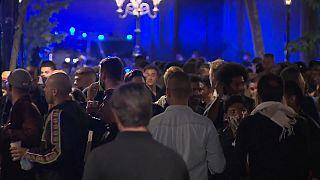 Decenas de personas de fiesta en las calles de Barcelona - RTVE