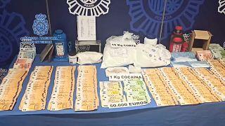 Imagen del dinero y material de la banda incautado por la Policía Nacional