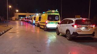 أعلن الهلال الأحمر المصري في سيناء على صفحته في موقع فيسبوك الأحد أنّ فرق طوارئ طبية أرسلت إلى الجانب المصري من معبر رفح للمساعدة في نقل الجرحى إلى المستشفيات المصرية