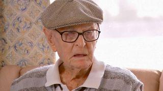المعمر الأسترالي دكستر كروجر في دار لرعاية المسنين في بلدة روما الريفية بولاية كوينزلاند - أستراليا في 13 مايو 2021.