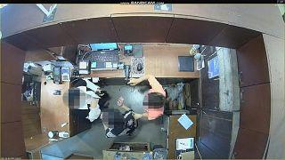 تُظهر لقطات كاميرا زوجة سفير بلجيكا في كوريا الجنوبية وهي تضرب موظفي المحل إثر خلاف بسبب السرقة من المتاجر.