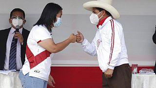 Keiko Fujimori y Pedro Castillo chocan los puños al final de un debate electoral