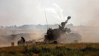 وحدة مدفعية إسرائيلية تطلق نيرانها باتجاه أهداف في قطاع غزة، على الحدود الإسرائيلية مع غزة، الأحد 16 مايو 2021