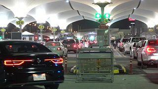 السعودية نيوز |      شاهد: السعوديون يتدفقون إلى البحرين مع رفع الحظر على السفر