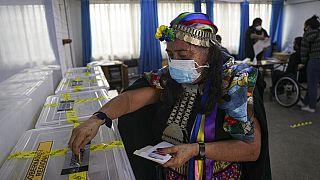 Juana Millal von der Partido del Pueblo bei der Stimmabgabe in Santiago de Chile