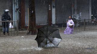 Una fuerte lluvia en Mumbai deja las calles inundadas horas antes de que toque tierra el ciclón Tauktae, India, el 17 de mayo de 2021.