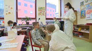 Általános iskolás diákokat tesztelnek Csehországban