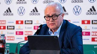 رئيس الاتحاد الألماني لكرة القدم فريتز كيلر وهو يخاطب مؤتمرًا صحفيًا افتراضيًا من مقر الاتحاد الألماني لكرة القدم في فرانكفورت غرب ألمانيا، 11 مارس 2021
