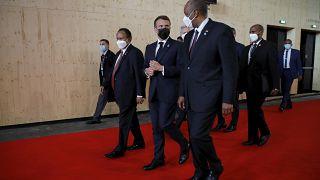 Emmanuel Macron, au centre, avec le général Abdel-Fattah Burhan, chef du Conseil souverain du Soudan, à droite, et le Premier ministre soudanais, Abdalla Hamdok