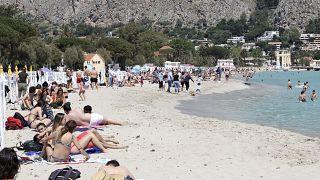 Turisti in spiaggia a Mondello, in Sicilia