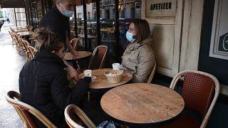 Des clients profitent de la terrasse d'un café ouvert depuis ce matin à Paris dans le cadre du déconfinement, le mercredi 19 mai 2021