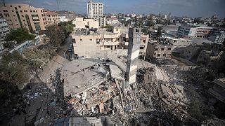 في غزة قتلت الغارات الإسرائيلية نحو 212 فلسطينياً على الأقل حتى اللحظة بينهم 61 طفلاً، فيما قتلت القوات الإسرائيلية ومستوطنين 20 فلسطينياً في الضفة الغربية