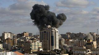 غارة جوية إسرائيلية على مبنى في مدينة غزة، الاثنين 17 مايو 2021.