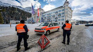 رجال شرطة سويسريون أمام فندق كمبينسكي، في سانت موريتز، سويسرا، الاثنين ، 18 يناير2021.
