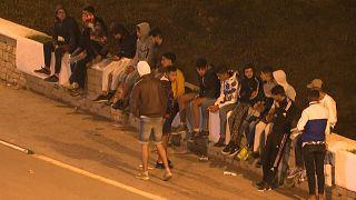 سيل من المهاجرين يتوافدون على حدود المغرب مع جيب سبتة في شمال إفريقيا.