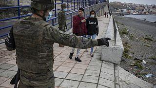 Ισπανός στρατιώτης στα σύνορα της Θέουτα με το Μαρόκο