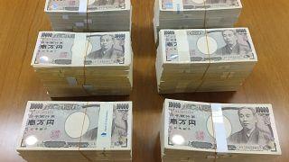 Japonya'da yaşlı bir adam, Covid-19 pandemisi nedeniyle ekonomik sıkıntı yaşayan belediyeye bir sırt çantası içinde 60 milyon yen bağışladı.