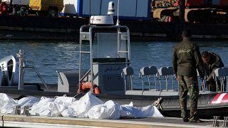 خفر السواحل التونسية ينتشلون جثث 20 مهاجرا من إفريقيا جنوب الصحراء بعد انقلاب قاربهم في ميناء صفاقس وسط تونس في 24 ديسمبر 2020.