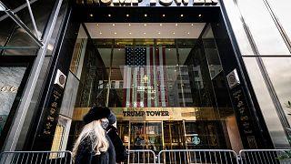"""مدخل """"ترامب تاور"""" المملوك للرئيس الأمريكي الأسبق دونالد ترامب بمدينة نيويورك. 17/02/2021"""
