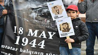 تتار القرم ومشاركون آخرون يجتمعون خلال تخليد الذكرى السادسة والسبعين لتهجير تتار القرم/ ساحة الاستقلال،  كييف في 18 مايو 2020