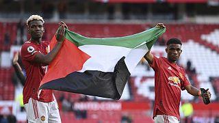 İngiltere Premier Lig ekibi Manchester United oyuncuları Paul Pogba ve Amad Diallo, Fulham maçının ardından Filistin bayrağı açtı