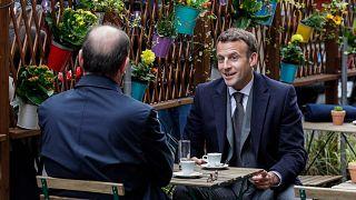 الرئيس الفرنسي إيمانويل ماكرون ورئيس الوزراء الفرنسي جان كاستكس يتناولان القهوة في شرفة مقهى في باريس، فرنسا، 19 مايو 2021