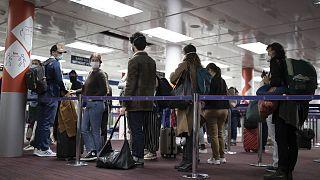 Archives : voyageurs faisant la queue avant d'être contrôlés, le 25 avril 2021, à l'aéroport de Roissy Charles de Gaulle en France
