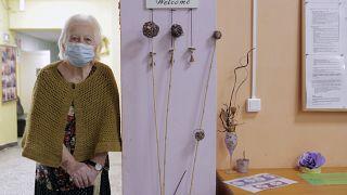 27 gennaio 2021: una donna attende di ricevere la sua doe di vaccino in una casa di riposo di Sofia, Bulgaria
