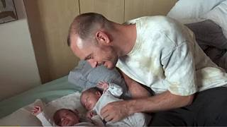Des jumelles nées d'une mère porteuse autorisées à entrer en Namibie