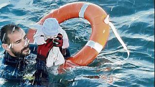 Un agente de la Guardia Civil rescata a un bebé del agua en Ceuta