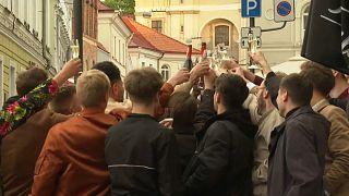 Jóvenes lituanos brindan en la calle