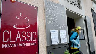 À porta deste restaurante em Viena, as novas regras: só clientes testados, vacinados ou recuperados da Covid-19 podem entrar