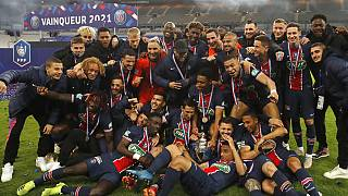 Les joueurs du PSG posent avec la Coupe de France