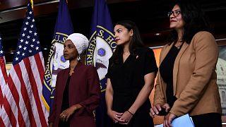 النائبات الديمقراطيات الأمريكيات إلهان عمر ورشيدة طليب و أسكندرية أوكاسيو كورتيز في مبنى الكابيتول الأمريكي في واشنطن العاصمة يوم 15 يوليو 2019
