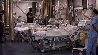 مرضى فلسطينيون يتلقون رعاية طبية في وحدة العناية المركزة في مستشفى الشفاء بغزة ، الخميس 13 مايو 2021.