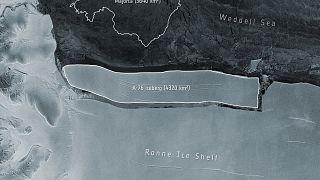 """منظر التقطته مهمة """"كوبرنيكوس"""" الأوروبية للتغيّر المناخي يظهر الجبل الجليدي إي 76 قبالة الجرف الجليدي """"رون""""  في بحر ويدل في أنتاركتيكا."""