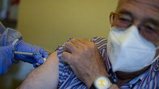 Un homme recevant une injection du vaccin Pfizer-BioNTech à Alfaro, dans le nord de l'Espagne, le 13 mai 2021