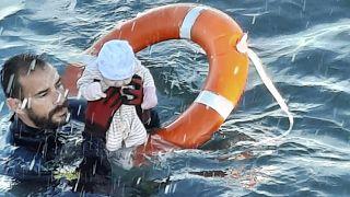 Juan Francisco Valle von der Guardia Civil rettet ein zwei Monate altes Baby vor der Küste von Ceuta aus dem Wasser.
