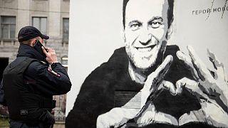 جدارية لزعيم المعارضة الروسي المسجون أليكسي نافالني في سانت بطرسبرغ، روسيا.