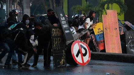 Colombia: clashes between protesters and riot police in Medellin