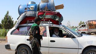 Afganistan'da yerlerinden edilen bir ailenin üyeleri