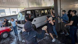 مواجهات مع سوريين مقيمين في لبنان كانوا يتوجهون إلى مراكز الانتخابات