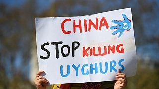 İngiliz parlametosu önünde pankart tutan Uygur gösterici