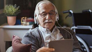 مردی اروپایی در حال استفاده از اینترنت