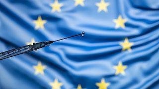 Avrupa Birliği bayrağı ve aşı