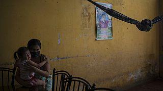 Eine Frau mit ihrer Tochter im peruanischen Iquitos