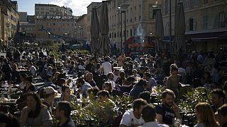 Gente en terrazas de París, Francia